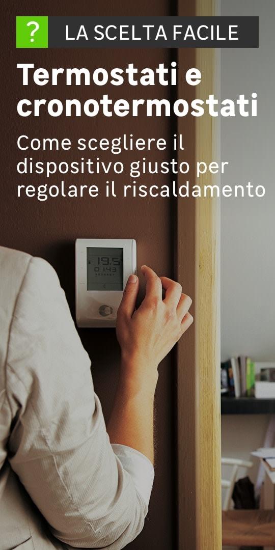 Una persona regola un dispositivo per modificare la temperatura all'interno della casa